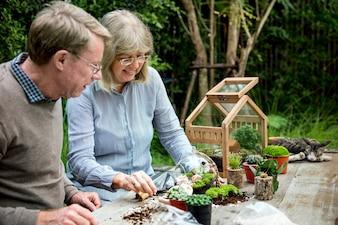 Casal idoso sênior, jardinagem juntos