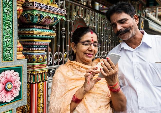 Casal indiano a passar tempo juntos