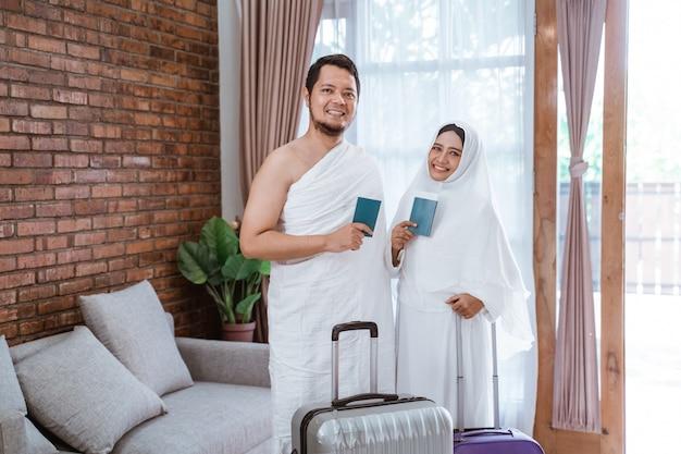 Casal indo para hajj e umrah
