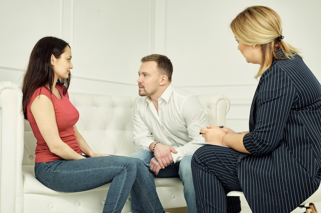 Casal infeliz compartilhando emoções com psicólogo