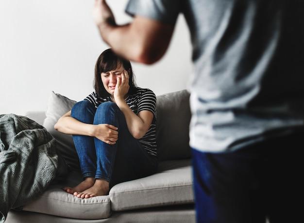 Casal infeliz discutindo no sofá