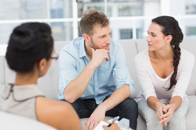 Casal infeliz na sessão de terapia