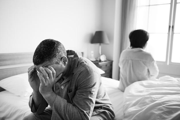 Casal infeliz não falando um com o outro