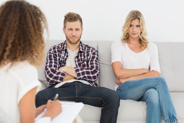 Casal infeliz que não fala no sofá