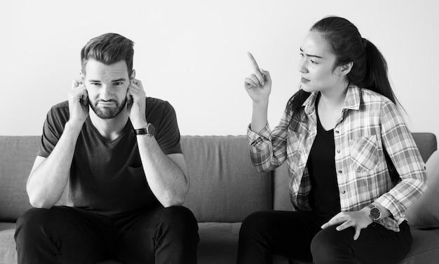 Casal infeliz tendo uma discussão