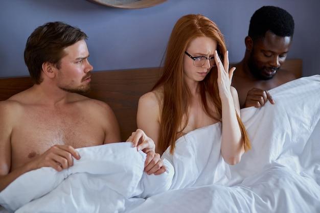 Casal inter-racial tendo um caso complicado e um triângulo amoroso no quarto