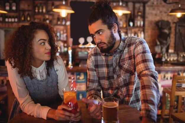 Casal interagindo um com o outro