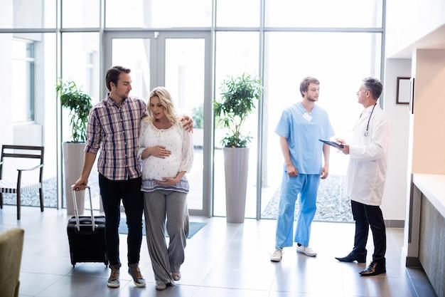 Casal interagindo uns com os outros no hospital
