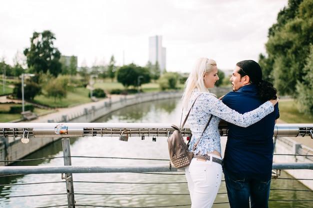 Casal internacional abraços na natureza