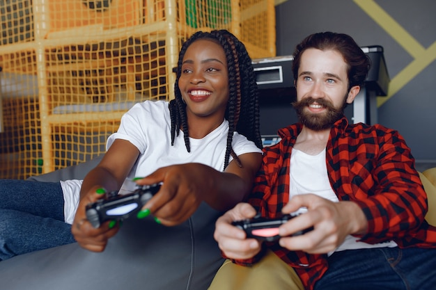 Casal internacional jogando videogame