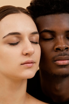 Casal interracial close-up