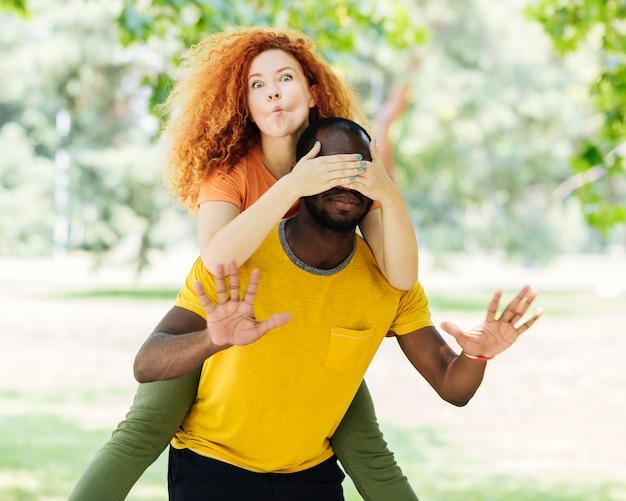 Casal interracial fazendo caretas