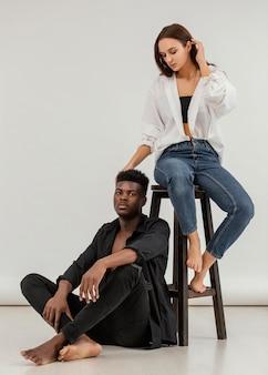Casal interracial posando para foto completa