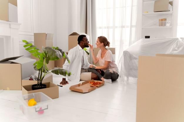 Casal interracial se preparando para a mudança