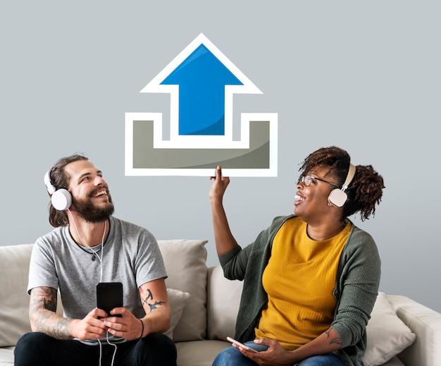 Casal interracial segurando um ícone de upload