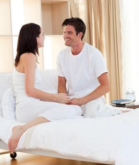 Casal íntimo sorrindo
