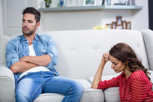 Casal irritado após discussão