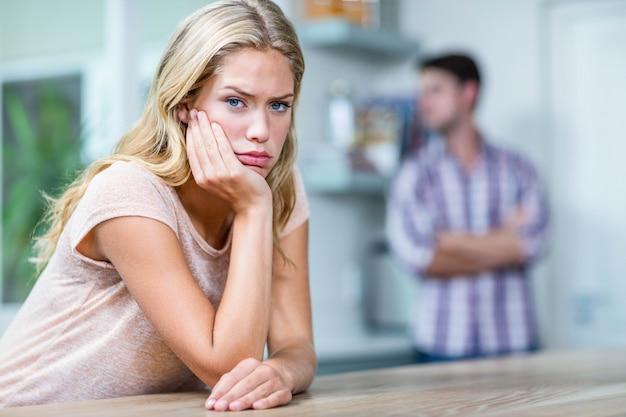 Casal irritado, ignorando o outro na cozinha
