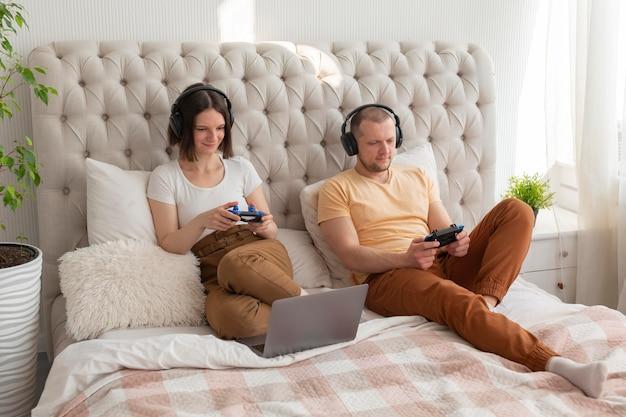 Casal jogando videogame em casa