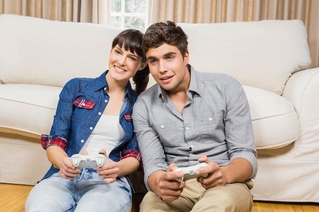 Casal jogando videogame na sua sala de estar
