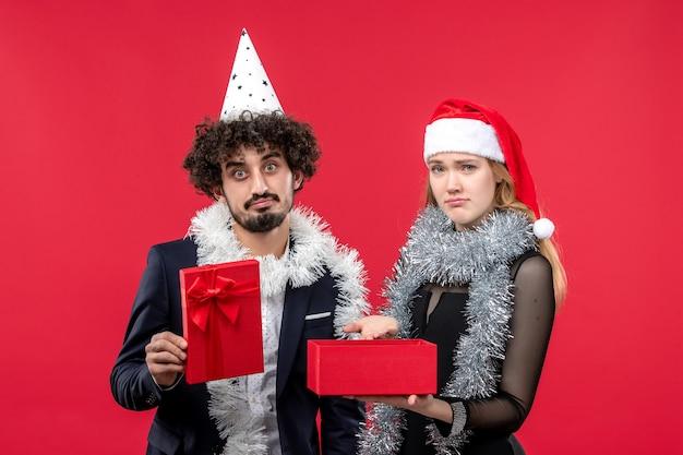 Casal jovem abrindo ano novo presente triste festa de natal