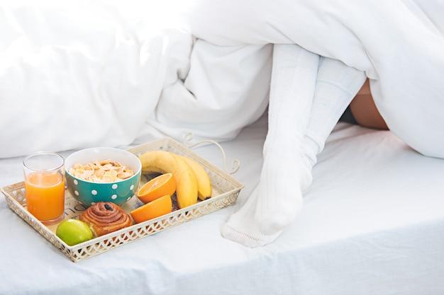Casal jovem adulto heterossexual deitado na cama no quarto