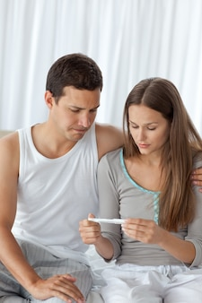 Casal jovem aguardando o resultado do teste de gravidez