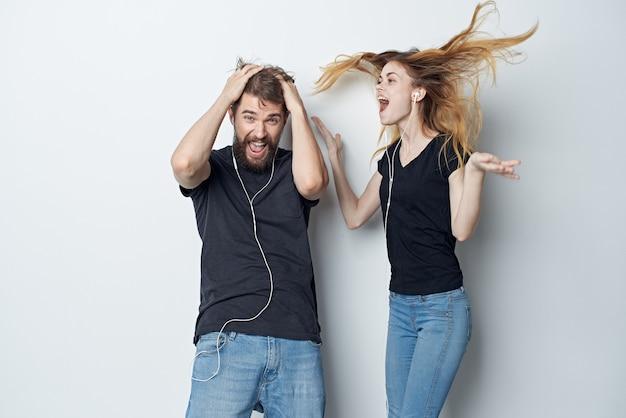 Casal jovem alegre abraça comunicação amizade posando fundo isolado