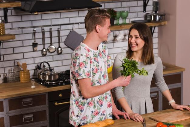 Casal jovem alegre com ervas