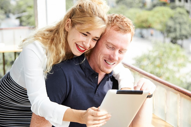 Casal jovem alegre com tablet digital