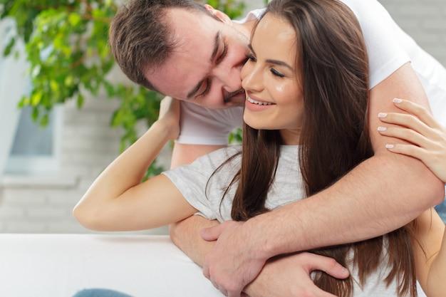 Casal jovem alegre de manhã em casa