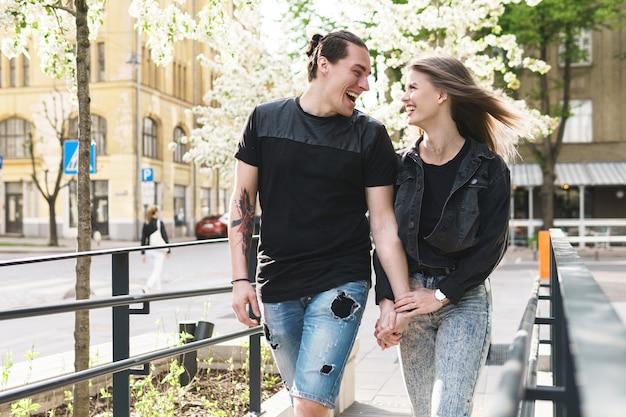 Casal jovem alegre e sorridente durante um encontro ao ar livre