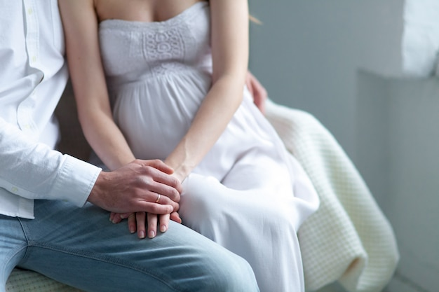 Casal jovem alegre, vestido de branco