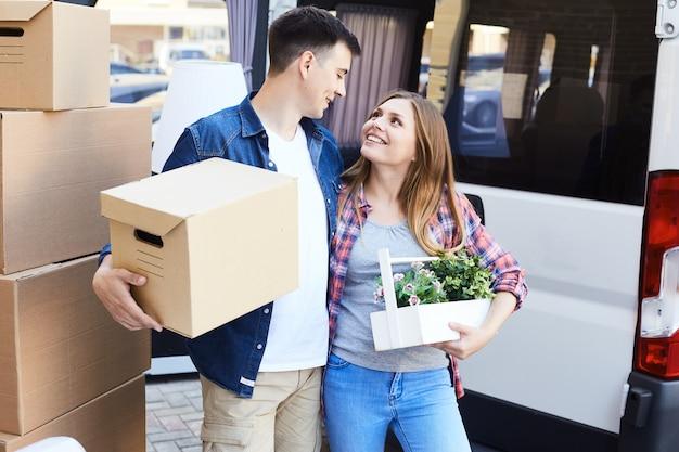 Casal jovem apaixonado com caixas de papelão