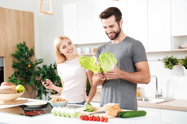 Casal jovem, aproveitando seu tempo em casa