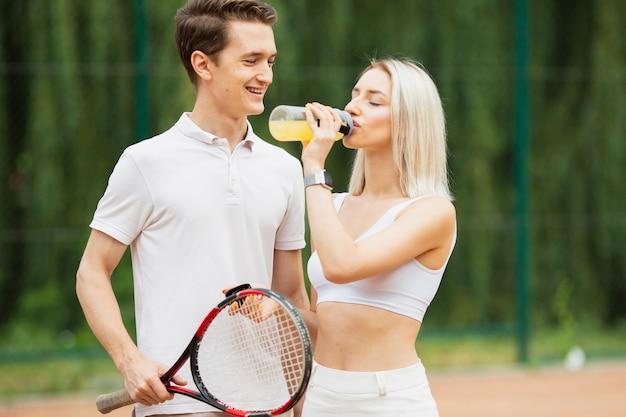 Casal jovem ativo, dando um tempo