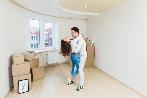 Casal jovem atraente, aproveitando o tempo a passar juntos em sua nova casa