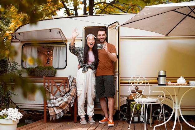 Casal jovem aventureiro e sua van
