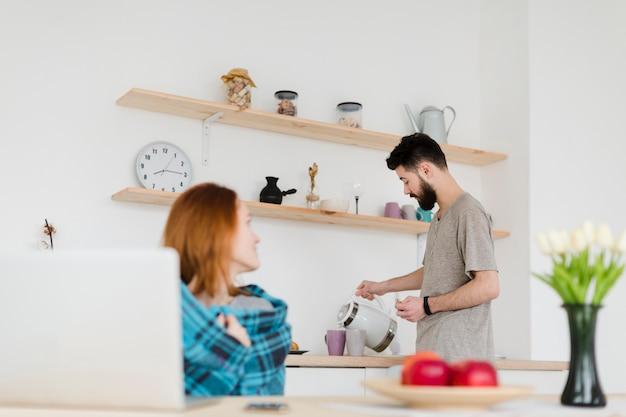 Casal jovem bonito, aproveitando o café da manhã juntos