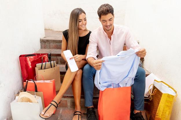 Casal jovem bonito, aproveitando o tempo para fazer compras