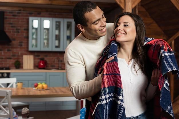 Casal jovem bonito juntos em casa