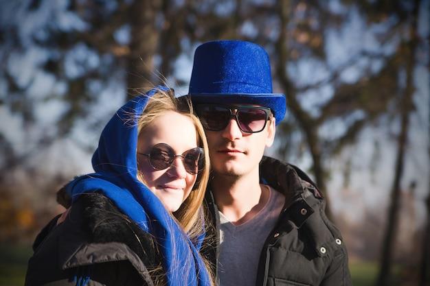 Casal jovem casual em um parque