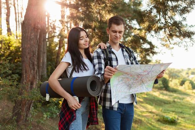 Casal jovem casual verificando o mapa local