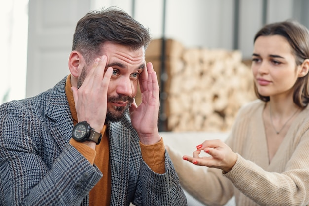 Casal jovem chateado após briga em casa
