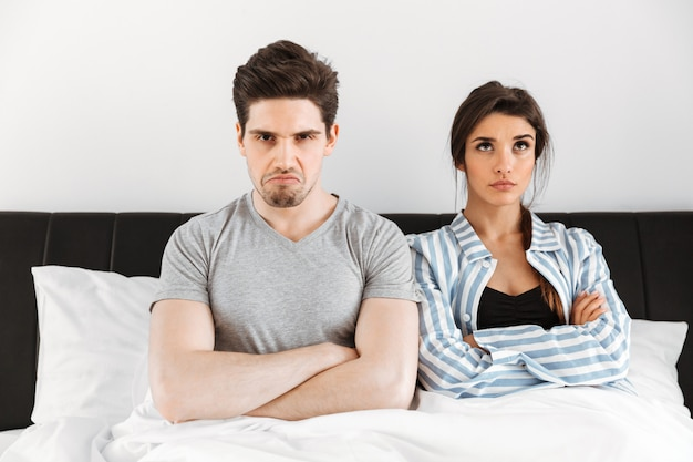 Casal jovem chateado tendo um conflito