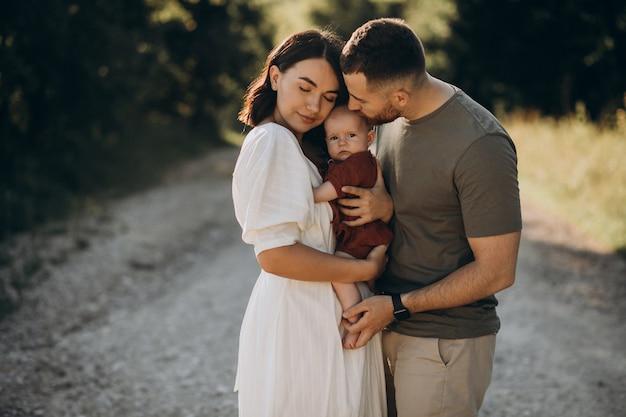 Casal jovem com filha bebê no parque