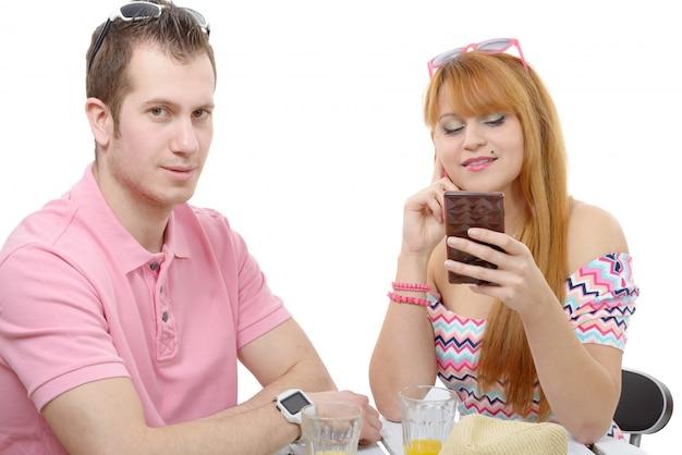 Casal jovem com problemas, telefone de mulher