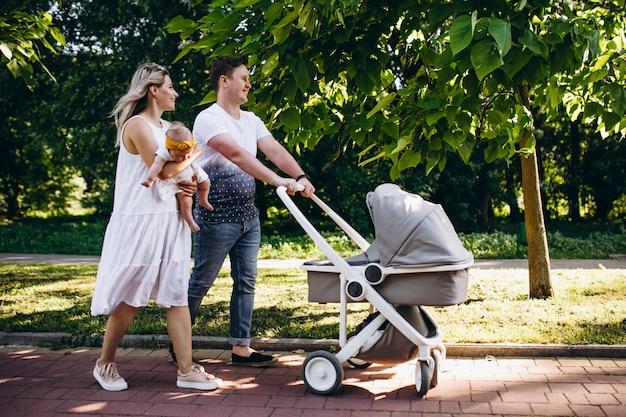 Casal jovem com sua filha bebê no parque