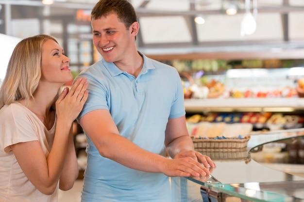 Casal jovem comprando no supermercado