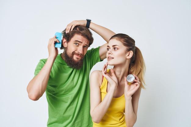 Casal jovem cuidados com a pele facial, higiene matinal